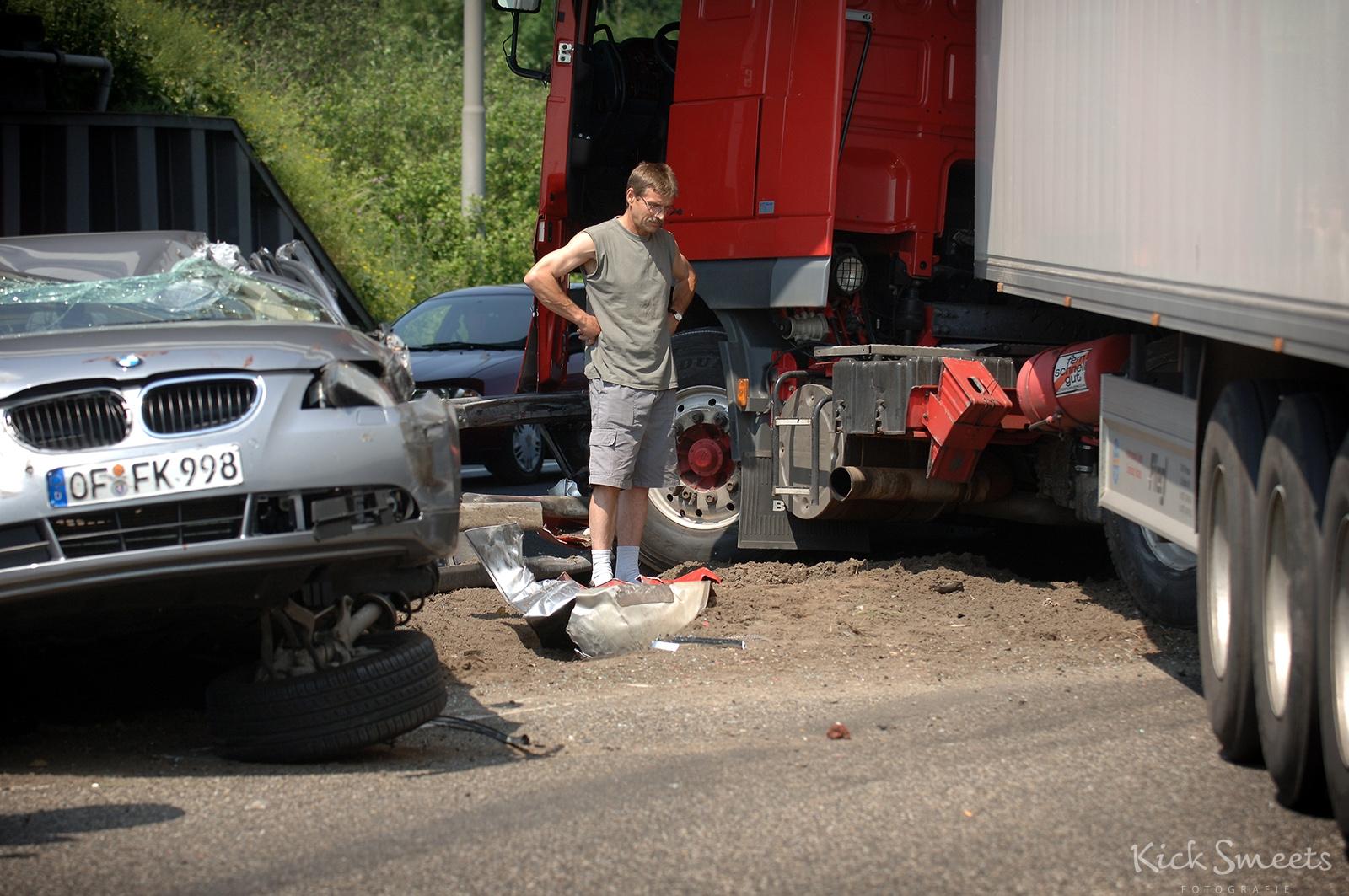 De poolse chauffeur die het ongeluk veroorzaakte staat tussen de wrakstukken, Utrecht